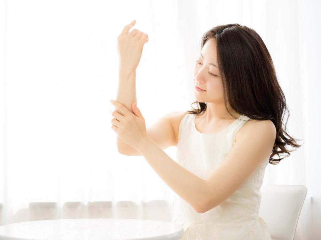 白、黄、赤……服が変色するのは日焼け止めのせいかも?!色別にみる日焼け止めによる服の汚れの対処法!!