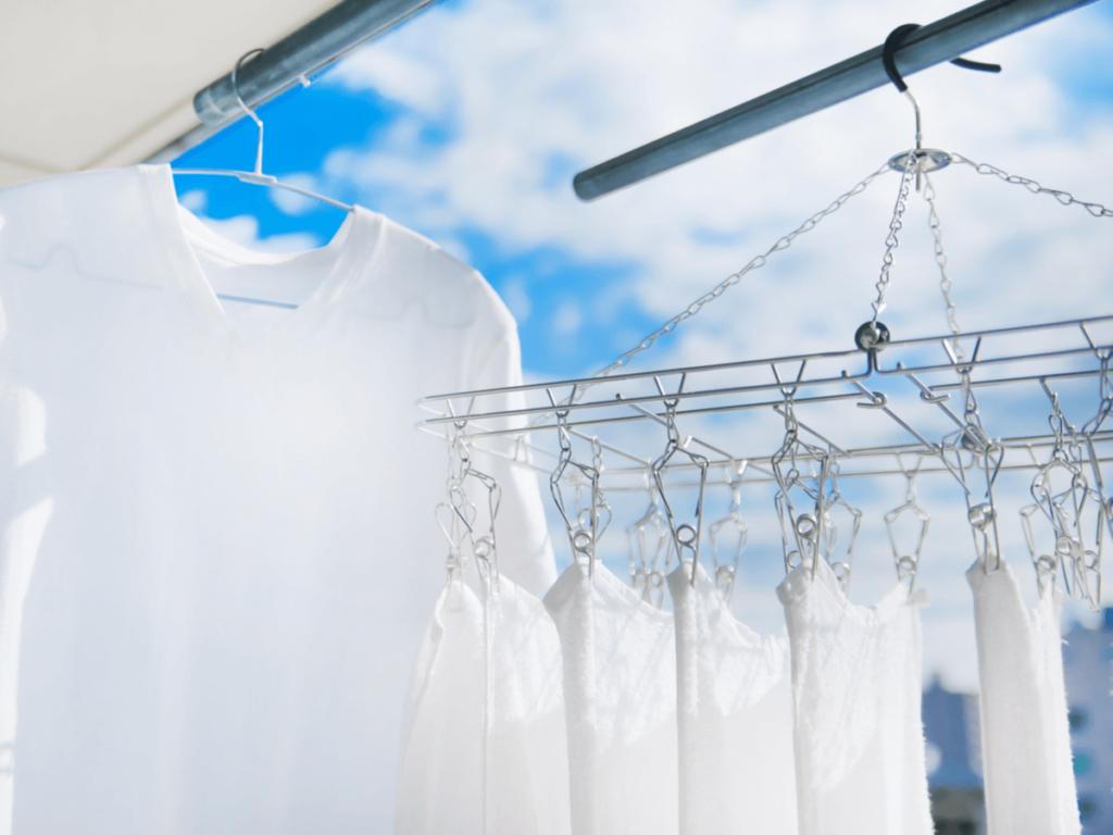 洗濯物を天日干しするメリット・デメリットは?最適な時間帯や臭いが残った際の対処法2つ