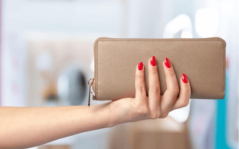 大切なブランドものの財布は汚れてしまったら?