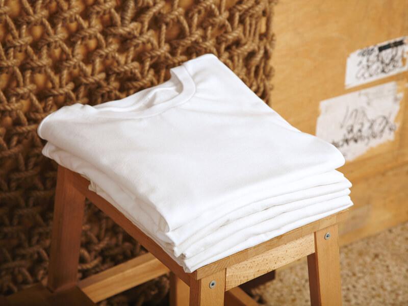 椅子と白いTシャツ