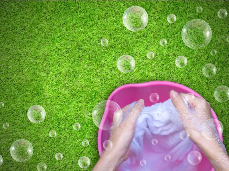 洋服を手洗いしている女性の手