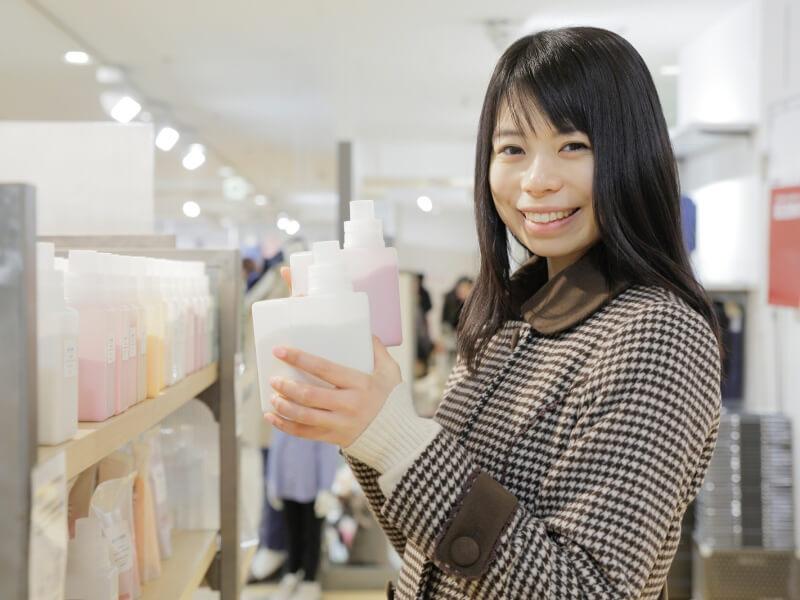 洗剤を持っている女性
