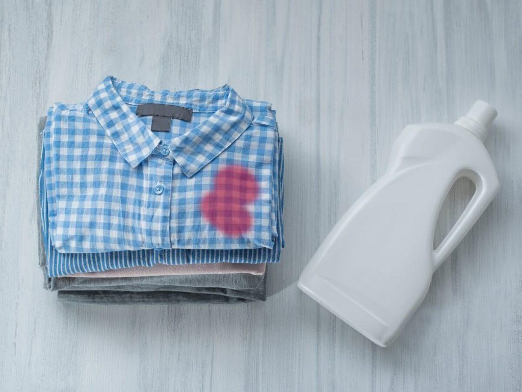 たたんだシャツと洗剤