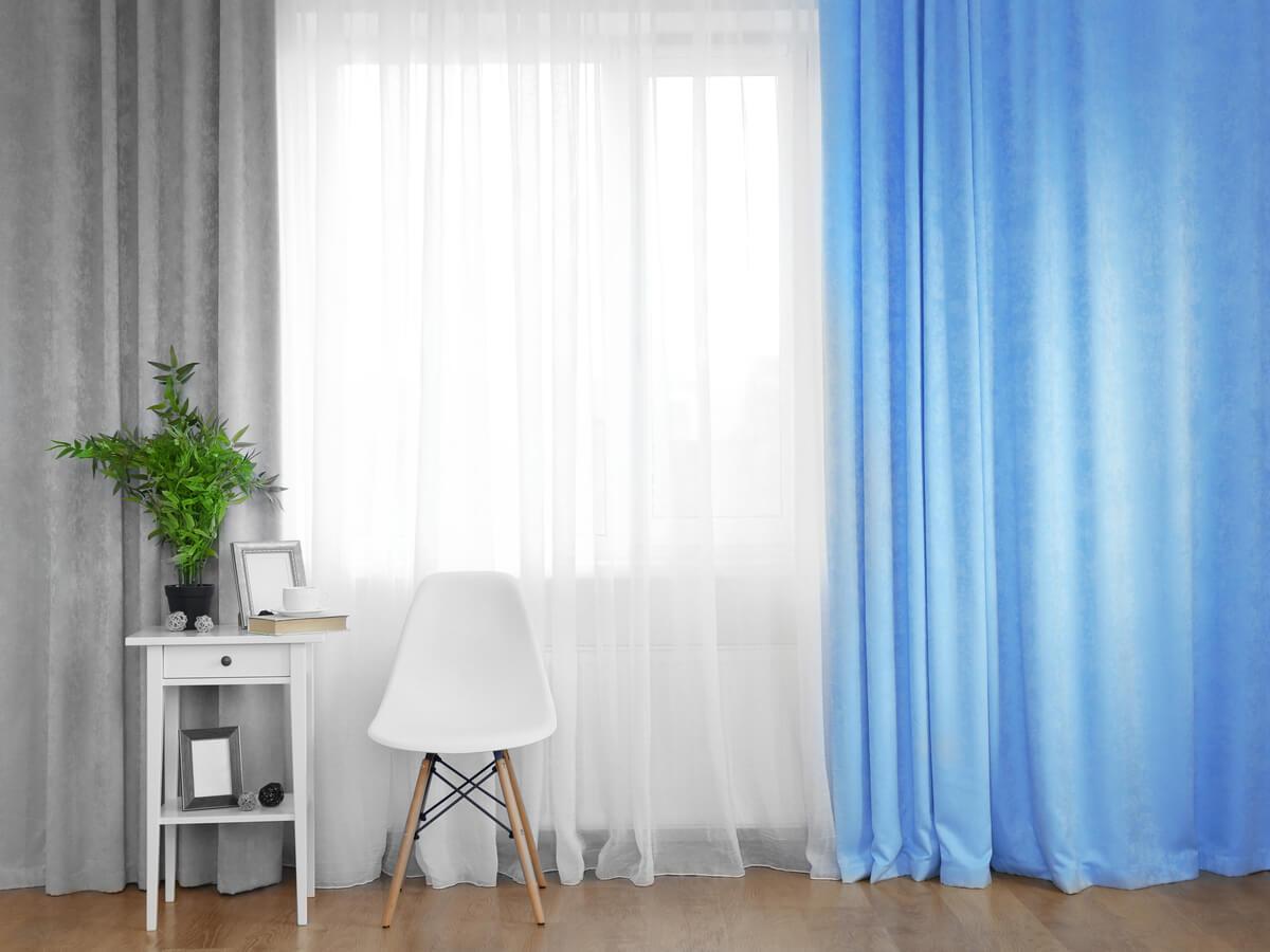 ブルーとグレーのカーテン