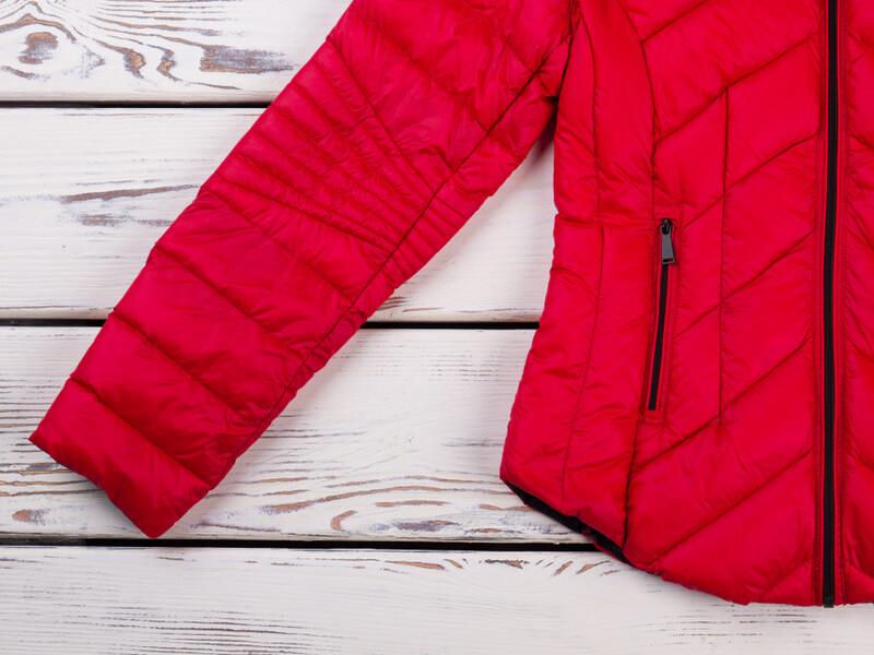 赤いダウンジャケット