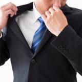 スーツの臭いを気にする男性