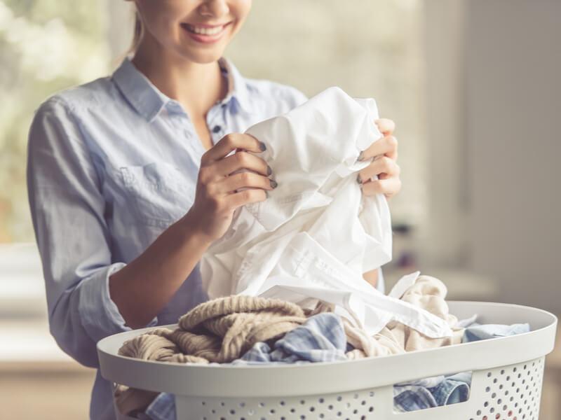 洗濯物を持つ人