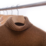 ハンガーにかけられたセーター