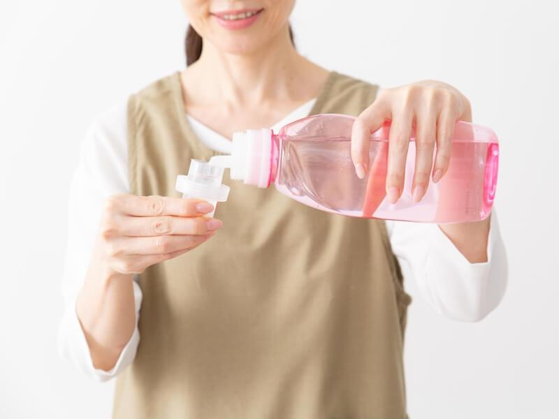 柔軟剤を入れている女性