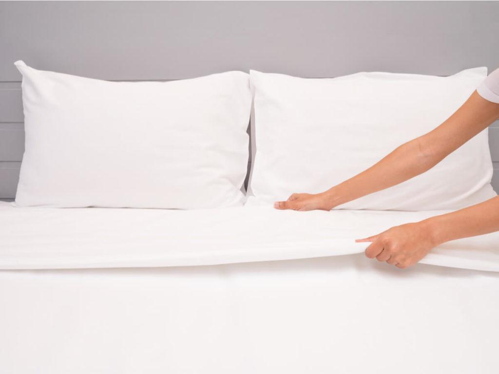 白いシーツのベッド