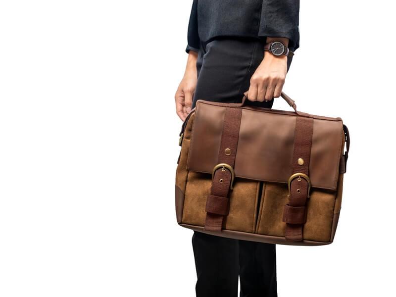 仕事用のカバンを持つ女性