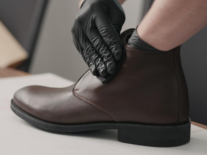 靴をクリーニングしている
