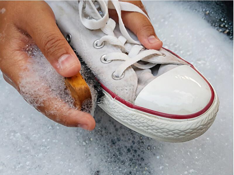 スニーカーを手で洗う