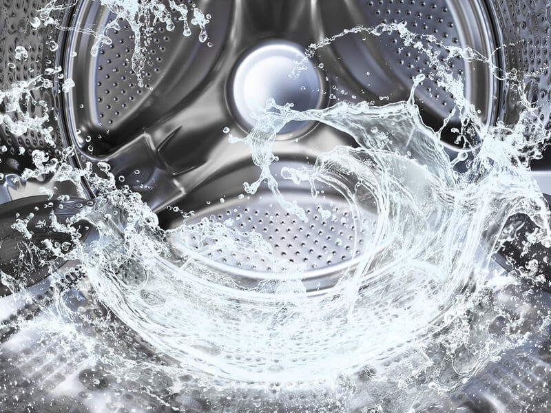 洗濯槽で水が跳ねている
