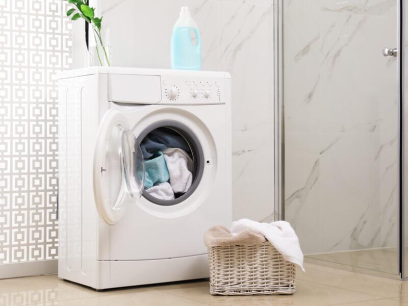 洗濯機の中に洗濯物が入っている
