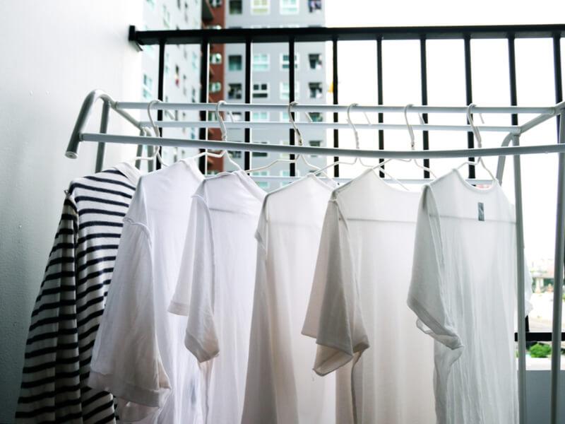 干された白いTシャツ