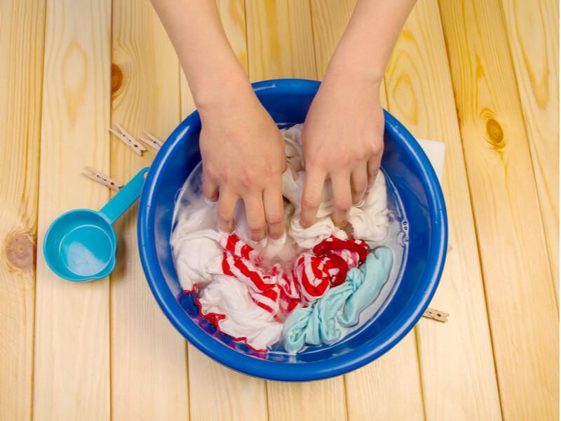 洗濯を手洗いしている