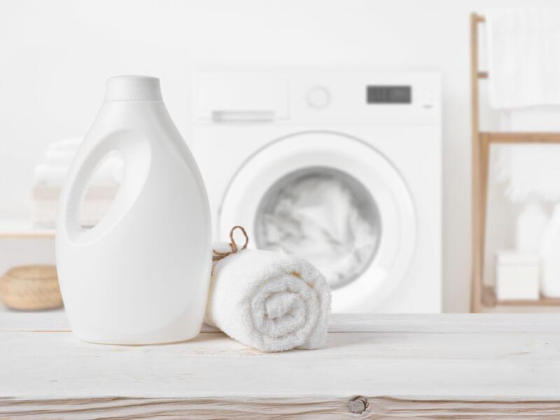 白い洗剤容器と白い家具