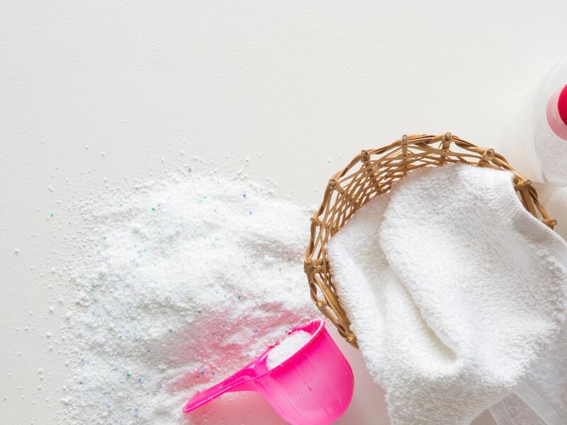 粉末洗剤と白いタオル
