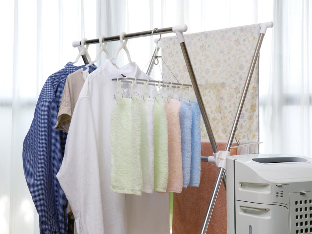 部屋干しはお部屋にカビを発生させる?結露やカビを防ぐ干し方と対策法