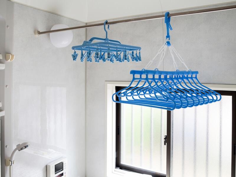 浴室にかけられた洗濯用品