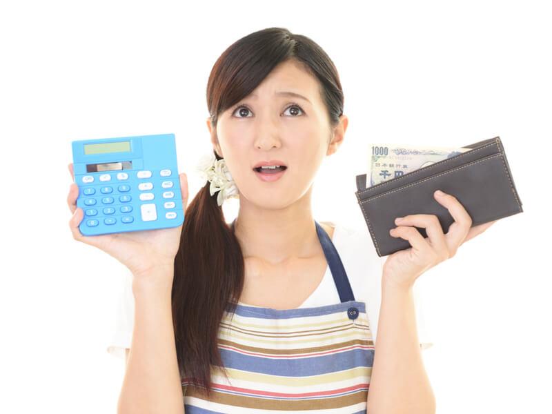 お金の計算 困っている女性
