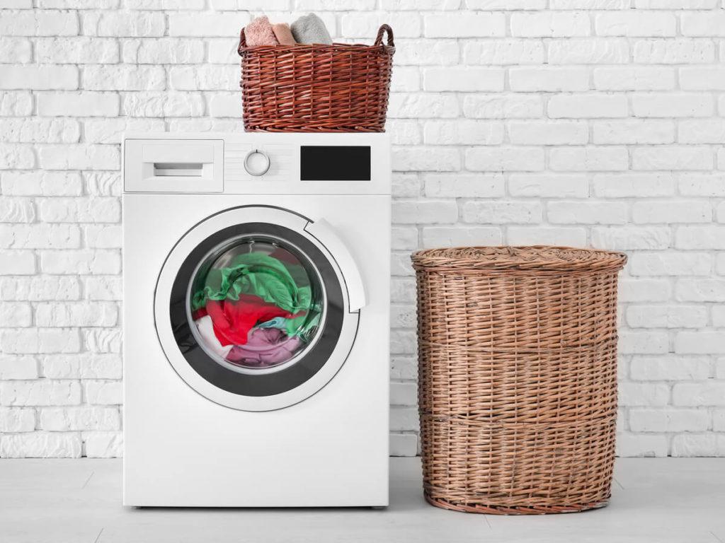 白い洗濯機 木の洗濯かご