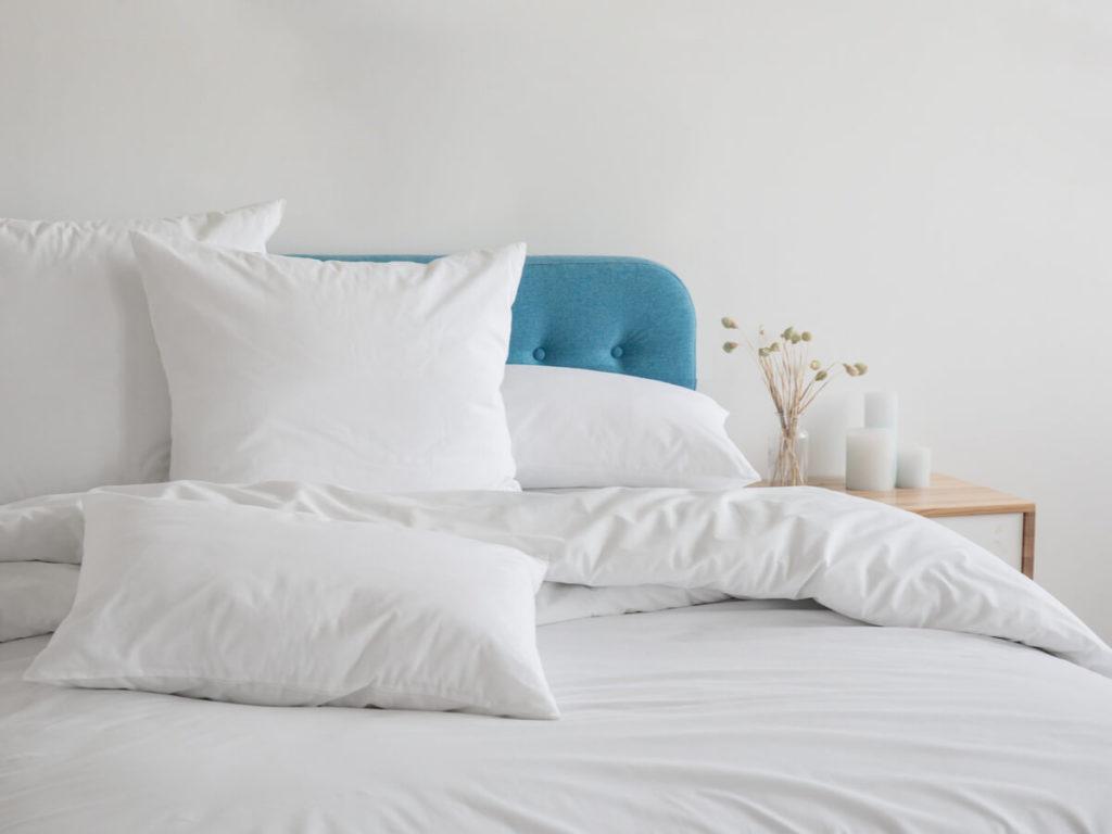 青いソファベッド 白い布団と枕
