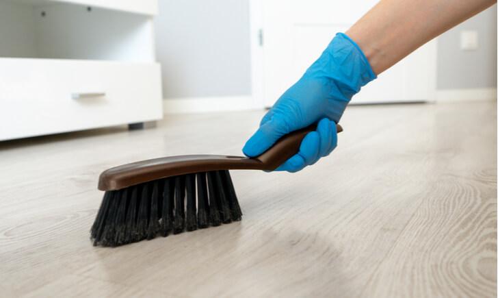 玄関の床(たたき)掃除におすすめのブラシ【柄が短いタイプ】
