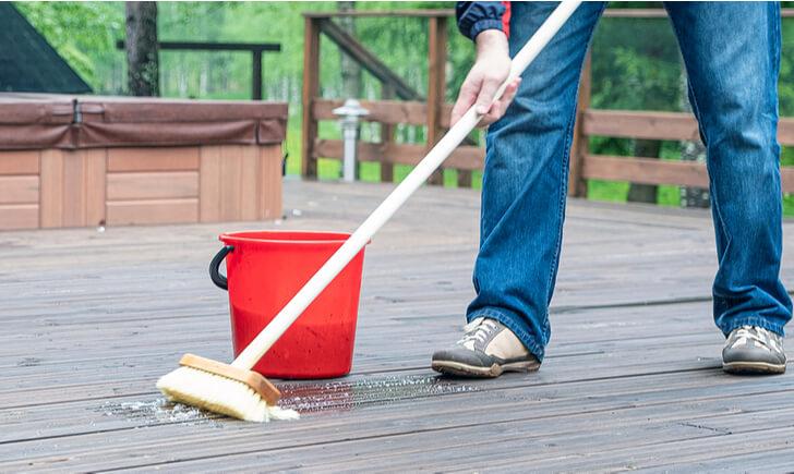 玄関の床(たたき)掃除におすすめのブラシ【柄の長いタイプ】