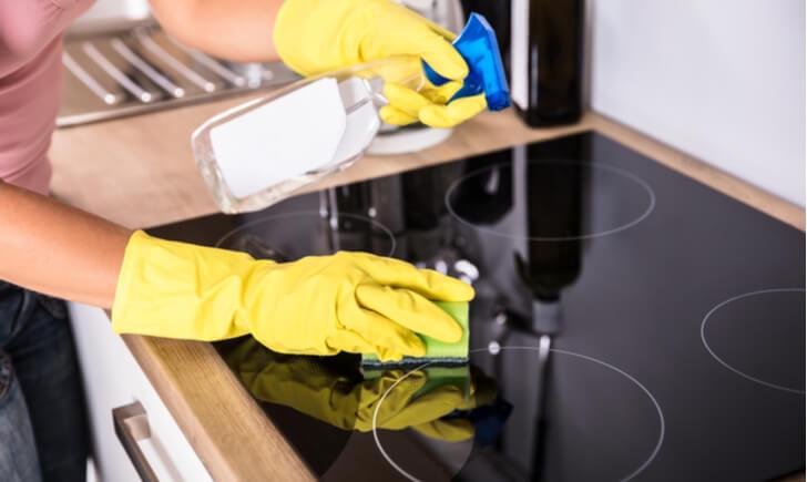 キッチンの頑固な油汚れはアイテムを駆使して落とそう!