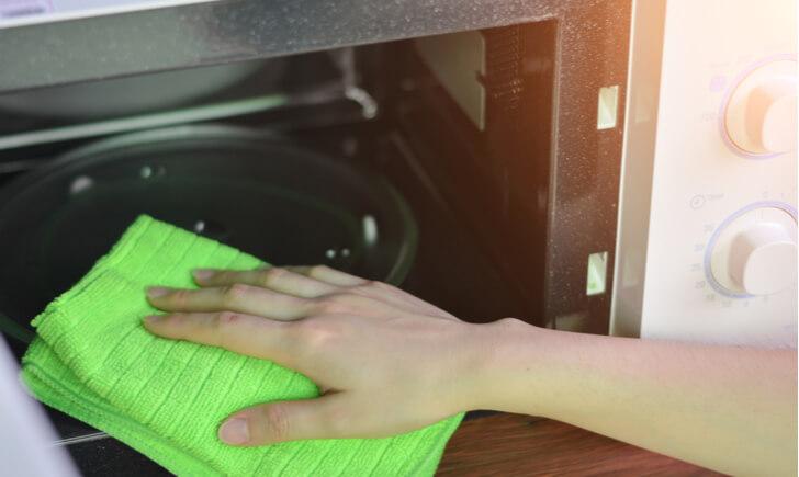 電子レンジを掃除して汚れや臭いをなくそう!