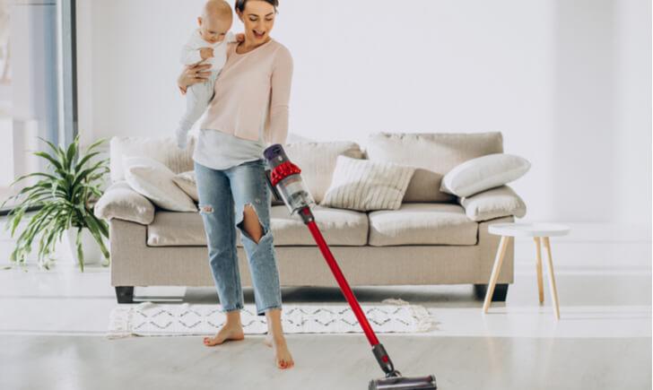 赤ちゃんがいる家庭ではいつ掃除機をかけてるの?