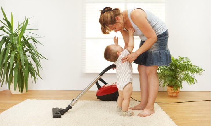 赤ちゃんのいる家庭で掃除機をかけるときの注意点